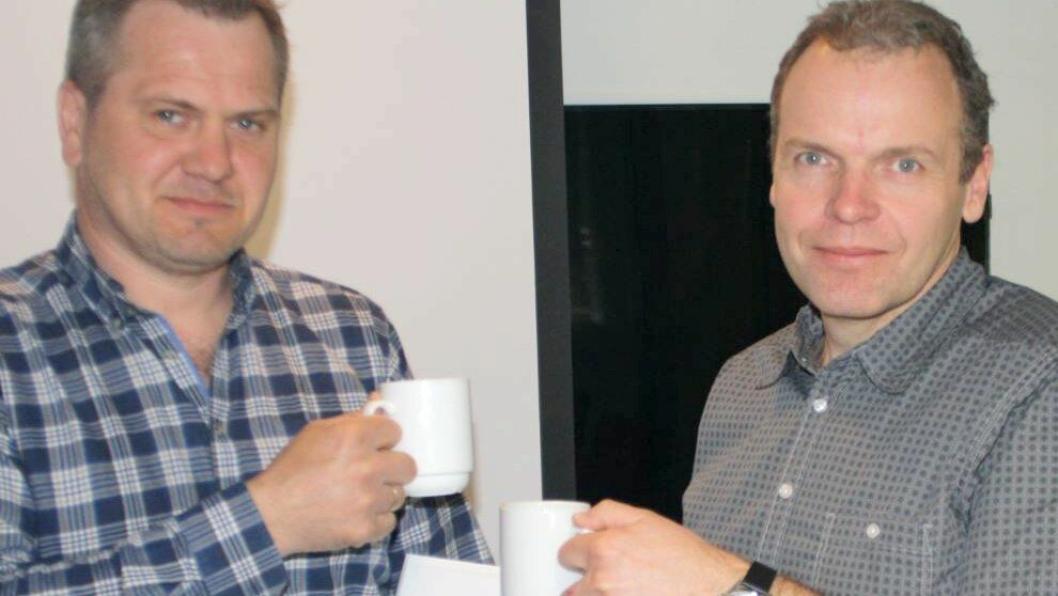 I stedet for det vanlige håndtrykket, skålte daglig leder i B.S. Graveservice AS Lars Børge Stene (t.v.) med prosjektleder i Statens vegvesen Jan Helge Egeland.