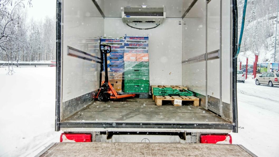 SÅ LITE: En eneste pall med grønnsaker og en tompall er alt som skulle til for at denne varebilen med skap og bakløfter nådde totalvekten.