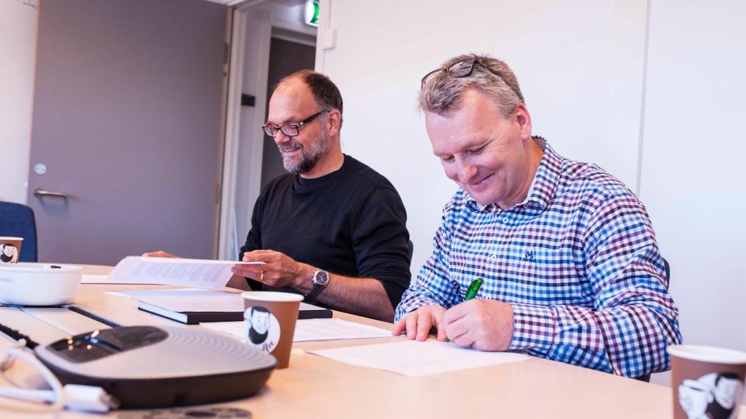 Erik Pascal Johansen, prosjektdirektør i Bane Nor Utbygging Øst (t.v.) og Karsten F. Hansen, daglig leder i Skolt Pukkverk AS, under kontraktsigneringen.