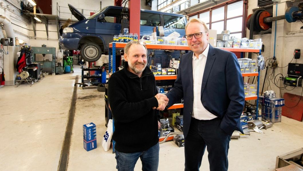 John Myhre fra Byåsen Bilverksted og Morten Harsem, adm. direktør i Snap Drive, under inngåelsen av oppkjøpet . Foto: Jarle Nyttingnes / Bertel O. Steen