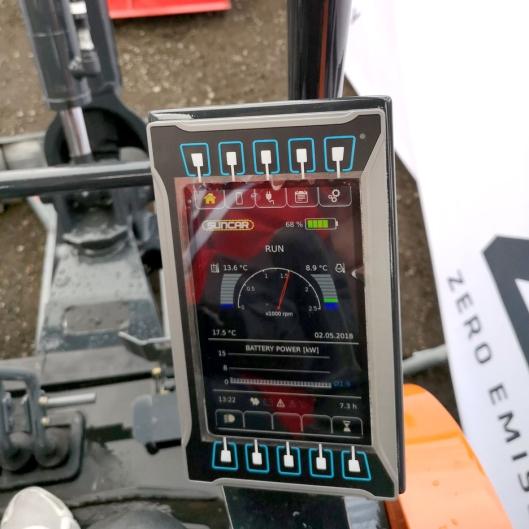 På prototypen er det en skjerm som blant annet viser strømforbruk og gjenværende strøm på batteriene. Det blir et tilsvarende opplegg på de serieproduserte maskinene, men muligens ikke helt likt som prototypen.