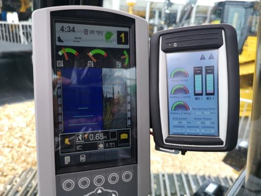 Slik ser den ekstra skjermen ut på prototypen (den til høyre). Det kan bli en helt annen skjerm når Z-linene settes i produksjon.