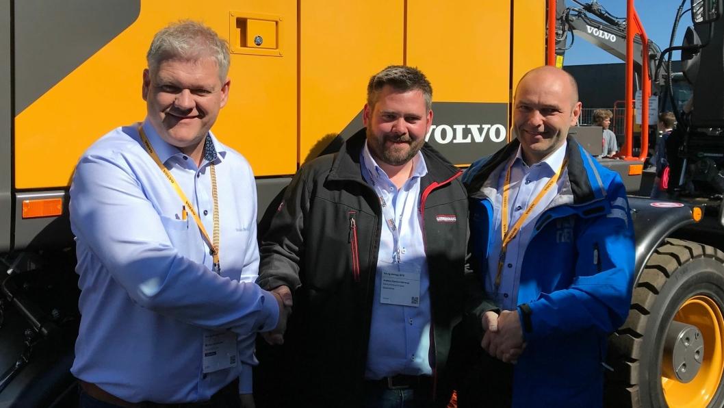 AVTALE: En fornøyd Anders Gjermundshaug fra Gjermundshaug Gruppen flankert av Morten Kristiansen (til venstre) og David Kristianslund fra Volvo Maskin AS.