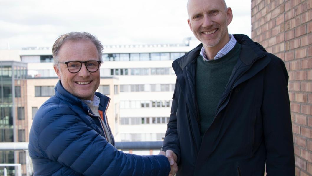 Styreleder Lars Hande i Hande AS (t.v.) og regionsdirektør Hans Olav Sørlie i Veidekke ser frem til nærmere samarbeid.