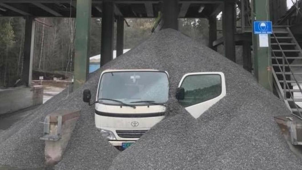 En av servicebilene til Feiring Bruk i Lørenskog ble stående under under steinmasser 2. mai 2018.