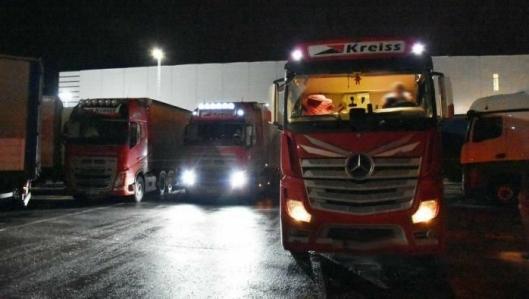 Sjåfører fra Kreiss bor i lastebilen i flere måneder i strekk. Ved Fugleåsen står gjerne opptil 20 stykker samlet.