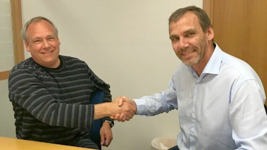 F.v. Prosjektleder Pål Christiansen i Østlandske Vei og Betong AS og avdelingsdirektør Nils Karbø i Statens vegvesen undertegnet 8. mai kontrakt om bygging av ny gang- og sykkelvei langs fylkesvei 152 Langhusveien i Ski.