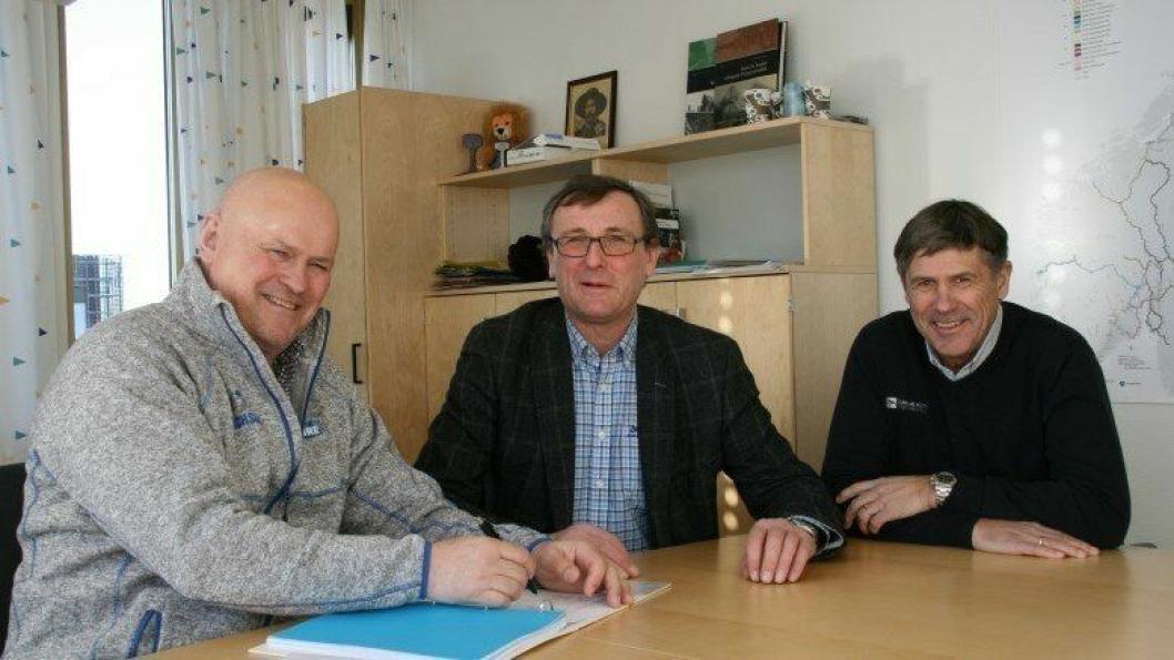 Fornøyde avtaleinngåere. Fra venstre: Albert Hæhre (daglig leder i BetonmastHæhre Anlegg AS), Thor Brækkan (Bane Nors områdedirektør) og Roy Holth (daglig leder i Gunnar Holth grusforretning AS).