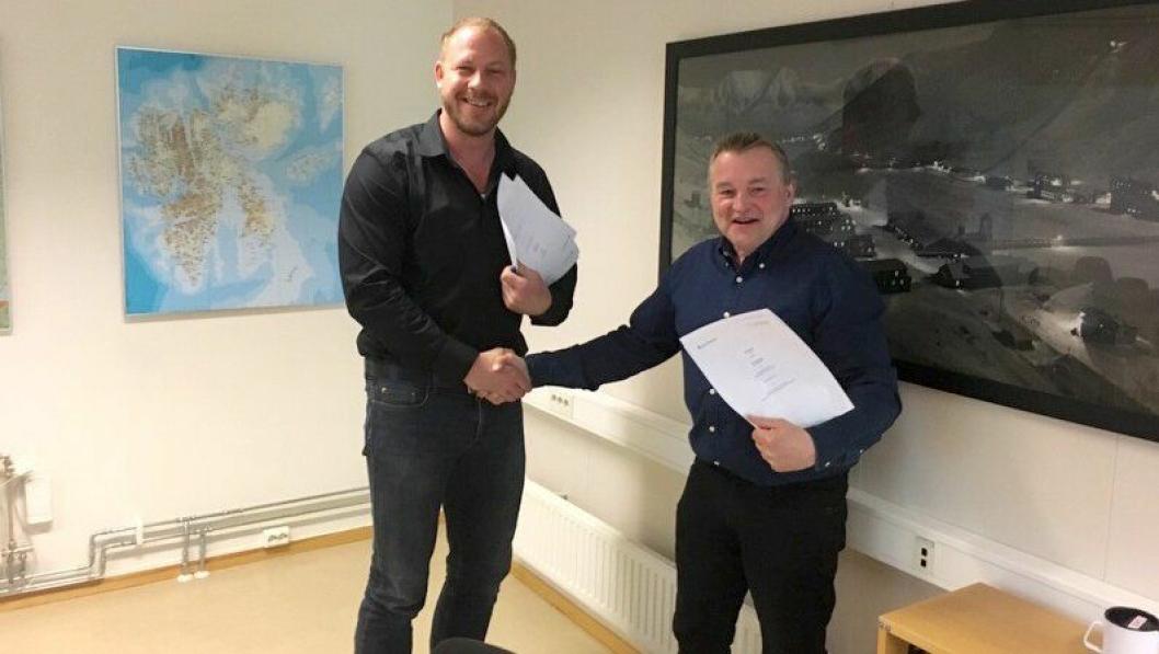Signeringen av avtaledokumentet ved Rainer-Helge Braun fra Statsbygg (t.v.) og Frank Jakobsen fra LNS Spitsbergen.