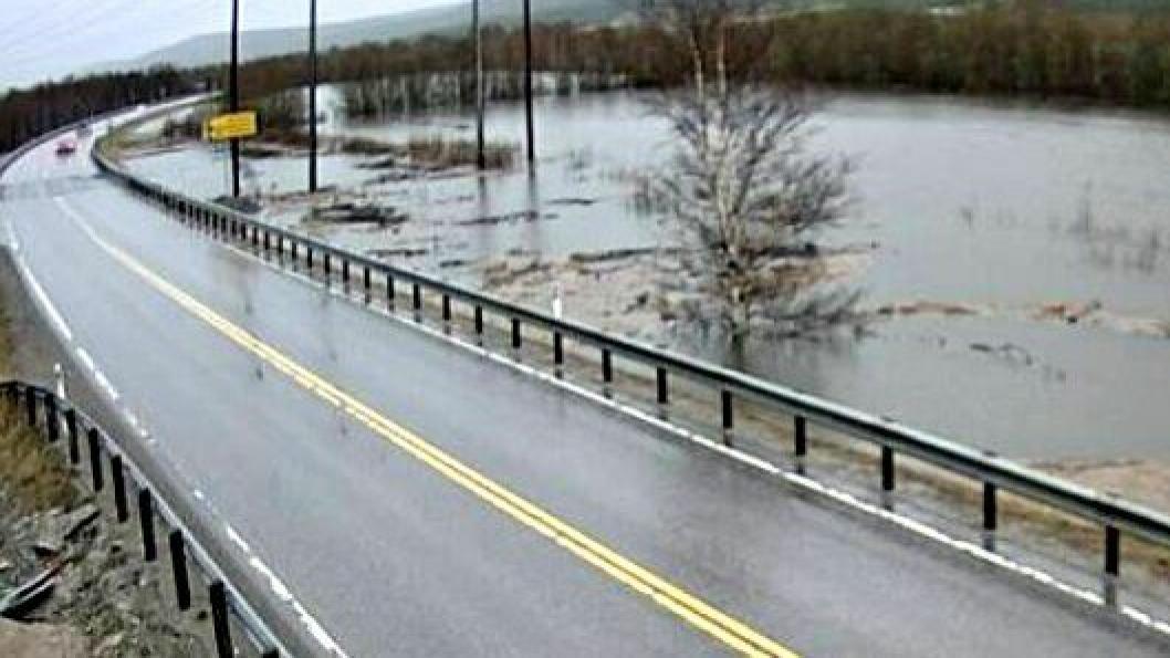 På riksvei 3 ved Bergrønningen i Alvdal er vannet i Glomma i ferd med å renne over veien. Bildet er fra et veikamera 11. mai 2018, klokken 10.21.