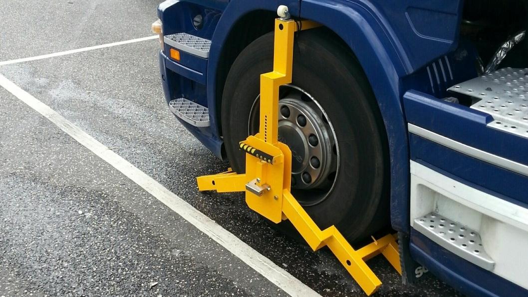 Sydøstjyllands Politi bruker solide hjullåser når de holder tilbake lastebiler. Bildet er tatt ved en annen kontroll en ved dem som er omtalt i saken under.