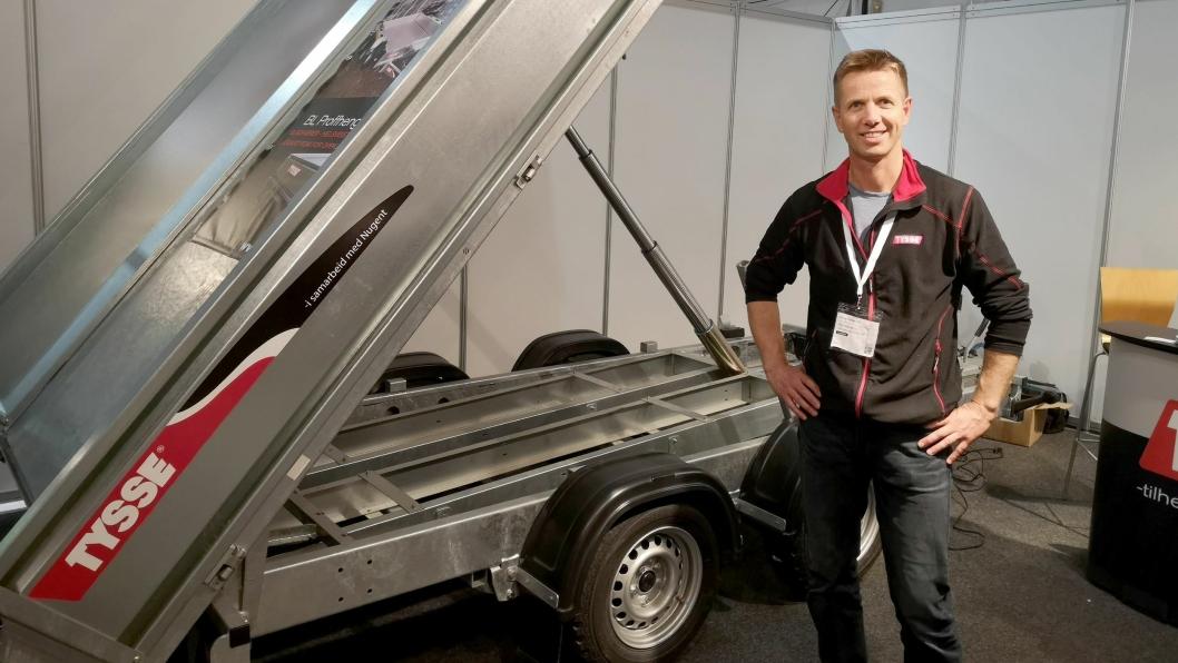 Tysse-selger Arne Reigstad hadde blant annet med en Tysse BL 6803 Tipphenger. Standardutstyr er blant annet: Bladfjærer, hydraulisk tipp med 55 grader tippvinkel og låsbart rom for oppkjøringsskinner.