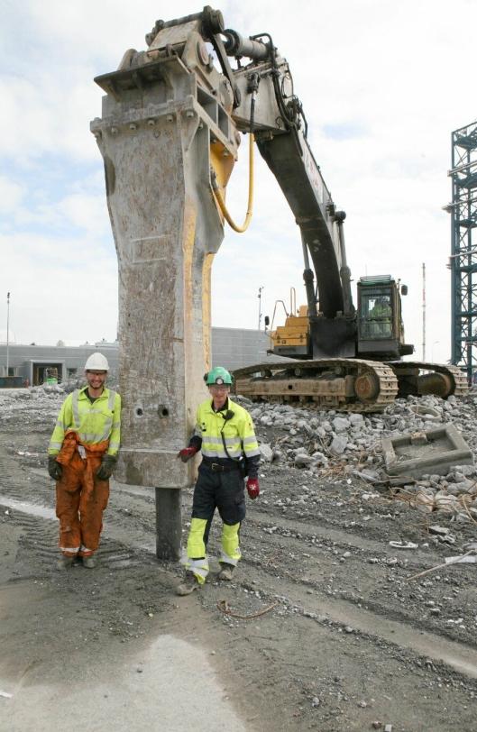 STORE DIMENSJONER: Ring André Teigen (til venstre) og PeWes maskinfører Sven Thomas Moe ved hammeren som vekker oppsikt på Kårstø. Kjempen med meiseldiameter på 23 cm har 16.000 Joules i hvert slag!
