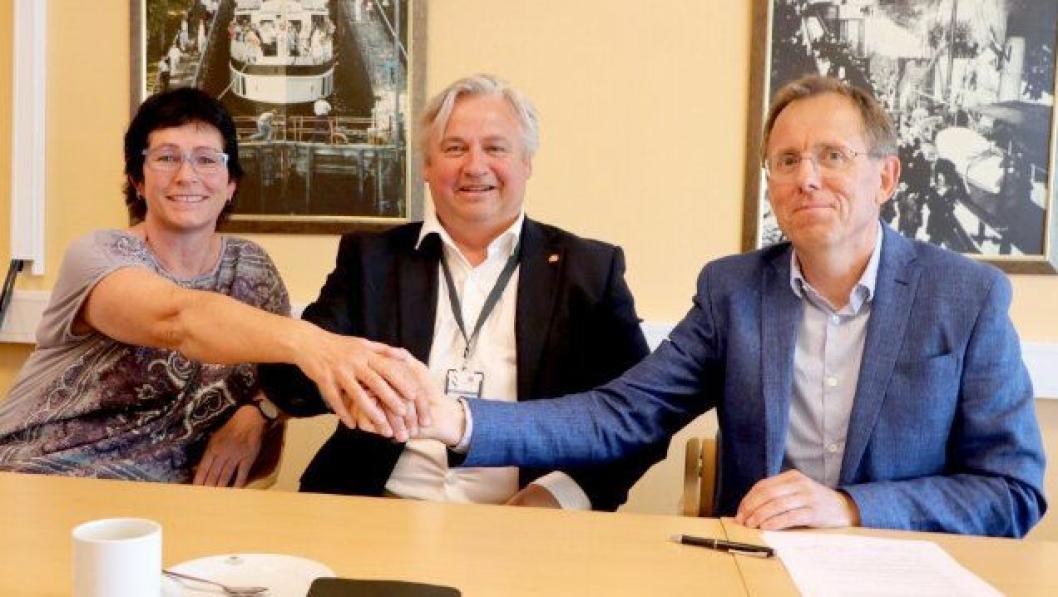 Regionvegsjef Kjell Inge Davik inngikk kontrakten verdt 800 millioner kroner med administrerende direktør Kurt Opseth (t.h.) i Mesta AS. Samferdselssjef Hildegunn Sørbø i Telemark fylke er godt fornøyd med kontrakten.