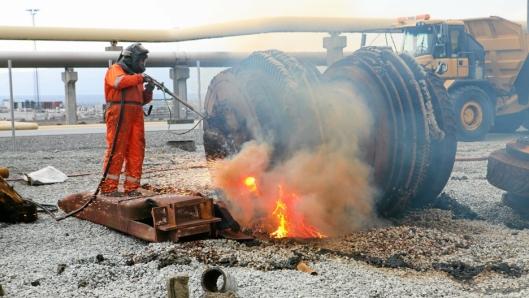 GLOVARMT: Med en skjærebrenner som «spyr» ut 1500-1600 grader må stålet kapitulere.