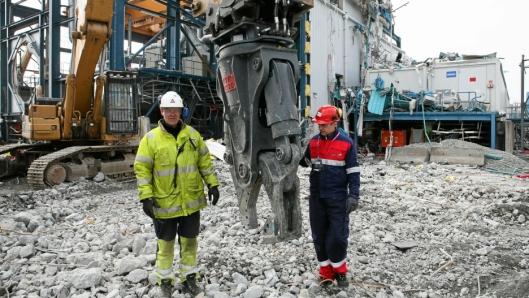 VTN-SAKS: Maskinfører Jørn Larsen (t.v.) og Kai Moen, Malleus Maskin AS ved den nye VTN-saksa Larsen har tatt i bruk på sin langriver Cat 345UHD (ca. 60 tonn).
