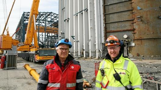 KJØLETÅRN: Daglig leder Bjarne Midtun Hervik i Naturkraft AS (t.v.) og PeWes prosjektleder Øystein Wingereid foran kjøletårnet.