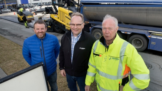 FORNØYD: Både Rolv Grimstad (til høyre), Jan Ove Laugerud og Ove Langøy fra Hesselberg Maskin smilte da den nye utleggeren kom i drift.