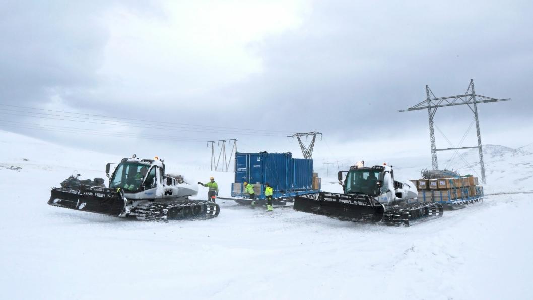 Oleif Simonsen AS kjører varer inn på vidda i Finnmark og Troms for Rebaioli som bygger kraftlinje for Statnett. Prinoth-er fra Owren benyttes.