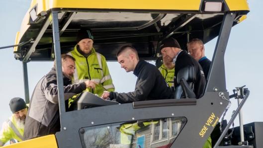 OPPLÆRLING: Andreas Roesch (med grå jakke) fra Bomag fabrikken hadde opplærling av Tertnes-ansatte på den nye utleggeren.