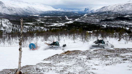 HJELP: Oppe på fjellet klarer Prinoth-tråkkerne å trekke flere sleder, men opp fra dalen på sukret snø er det godt å få hjelp.