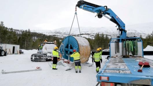 LASTING: Oleif Simensen Transport benytter egen kranbil til lasting av kabeltromler og andre varer nede i dalen. Sleden er spesialutviklet av kraftlinjeutbyggeren Rebaioli.