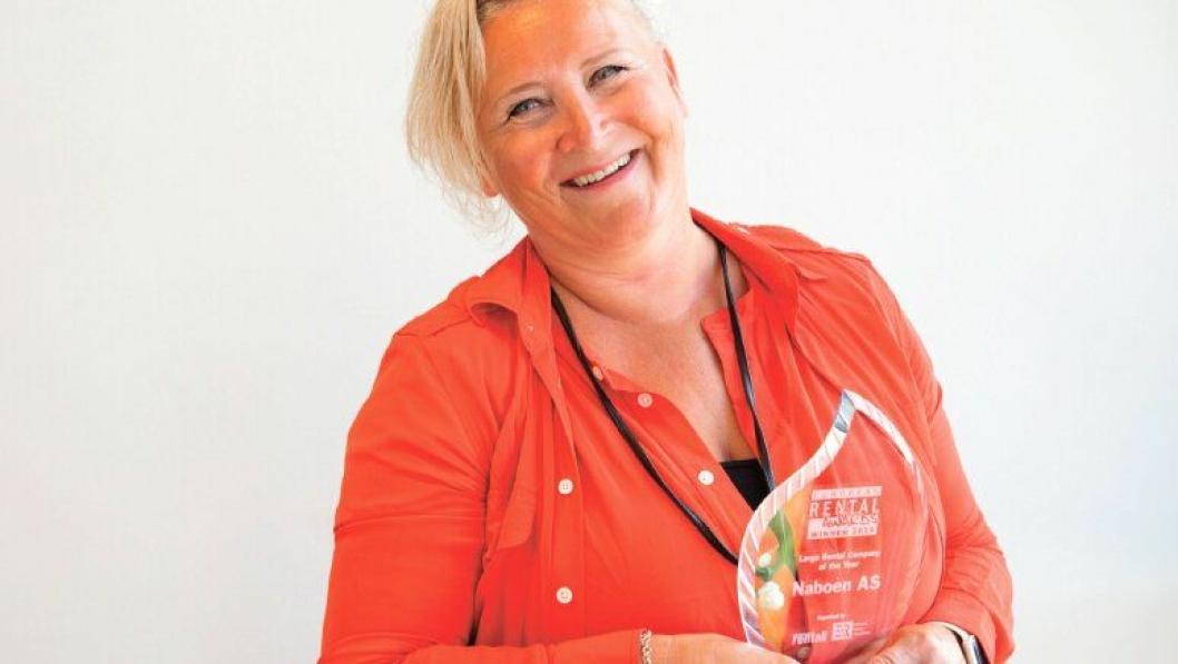 En stolt konsernleder i Naboen AS, Nina Aasland, med prisen «Large Rental Company of the Year» for 2018.