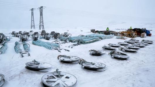 MATRIELL: Ulike deler og materiell til kraftlinjebyggingen legges inne ved depotet inne på fjellet, klart for montering.