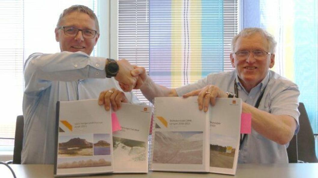 Regiondirektør Arne Roald Larsen i Mesta (t.v.) og regionvegsjef Torbjørn Naimak signerte mandag 28. mai fire drifts- og vedlikeholdskontrakter til en samlet verdi på over 820 millioner kroner.