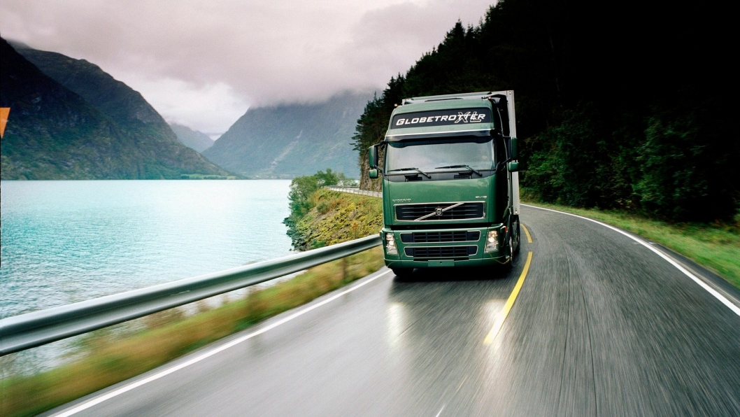 Med den andre generasjonen av Volvo FH (2001) ble det satt en ny standard. Den allerede fremgangsrike lastebilen fikk enda flere funksjoner som gjorde arbeidsplassen bedre for sjåfører, og sikret økt lønnsomhet for transportbedrifter. Førerhuset fikk et helt nytt design, med enda bedre aerodynamikk.