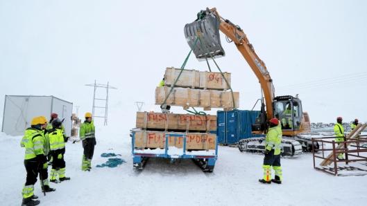 LOSSING: Inne på fjellet losses materiellet med en Case-graver. Noe skal benyttes, mens noe skal overvintre og benyttes når snøen går.