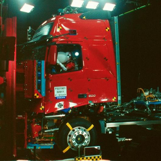 I 1995 ble Volvo den første produsenten av tunge lastebiler i verden som innførte kollisjonsputer på førersiden.