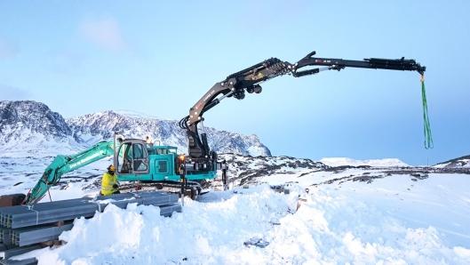 SJELDENT SYN: Kobelco-graveren med 54 tonnmeter Hiab-kran bakpå! Totalvekt ca. 27 tonn og innenfor Statnetts krav om maks. 500 gram marktrykk pr. cm².