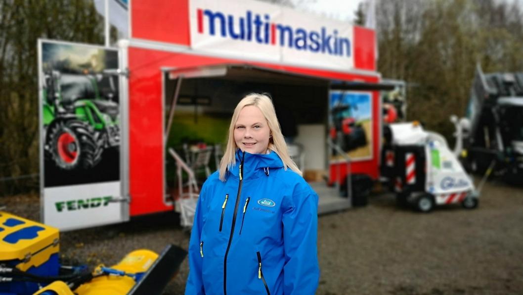 Tonje «Willejentaa» Haugen har reist rundt på flere messer sammen med Multimaskin AS for å fortelle om sine erfaringer med sin Wille redskapsbærer. Bildet er tatt på Vei og Anlegg 2018, kun få dager før hun ble ansatt i Multimaskin.
