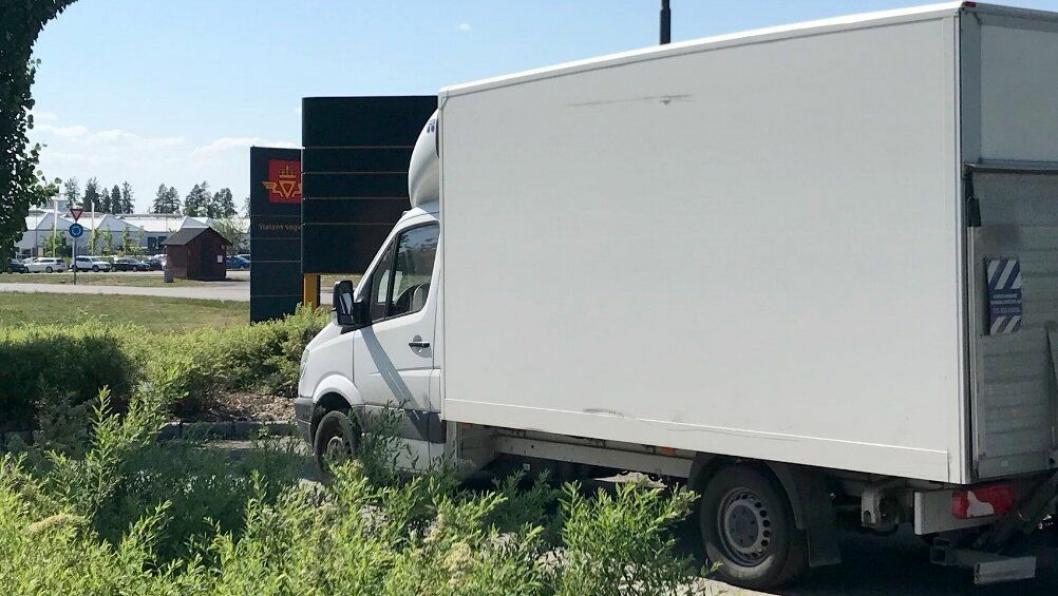 Sjåføren på denne norskregistrerte varebilen ble hentet av politiet. Den ble stoppet i Sørum. På bildet er den parkert ved Jessheim trafikkstasjon i Akershus.
