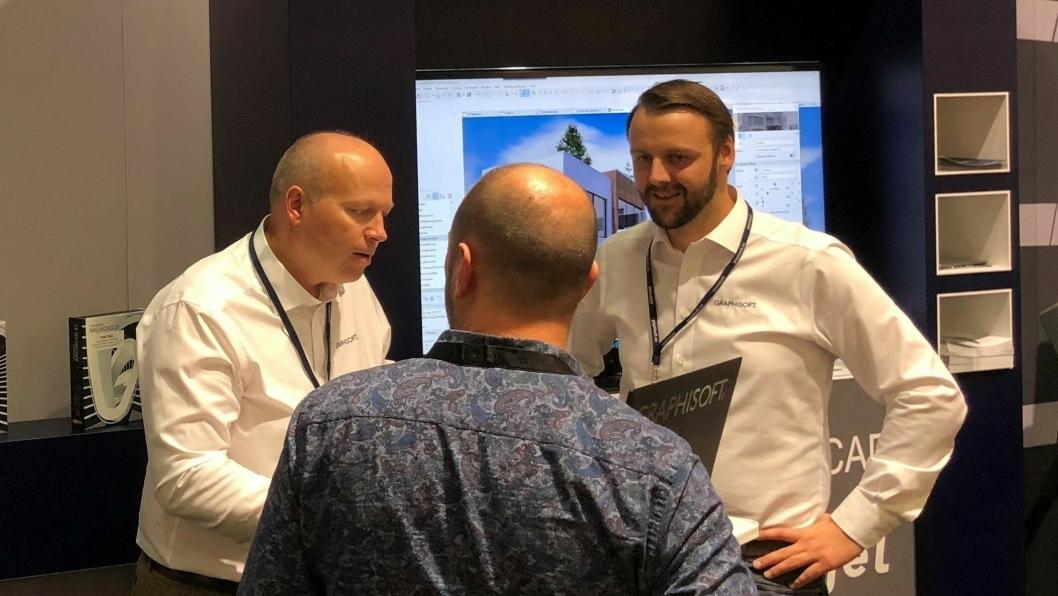Fra venstre: Frode Saltkjelvik (teknisk sjef) og Christoffer Rygh Fladby (produktsjef BIMcontact) fra Graphisoft Norge forteller om fordelene med selskapets digitale verktøy og tjenester til byggebransjen.