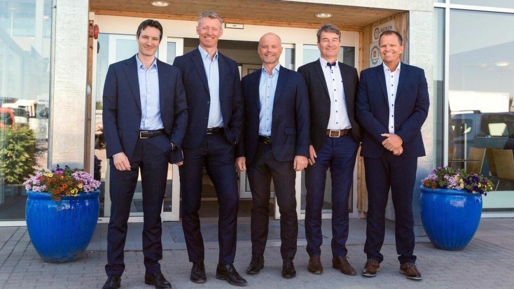 Fra venstre: Nils Fredriksen (CFO Cognia),Grant T. Larsen (konsernsjef Cognia),Marius Spiten-Nysæter (CSO Cognia),Dag Liverød (CEO Bil-Service og bilSpiten) ogPetter Haakestad (daglig leder Cognia Eiendom).
