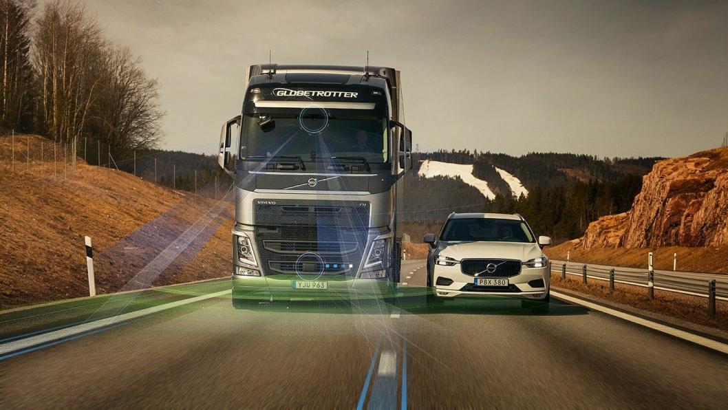 Volvo Dynamic Steering med kjørefeltvarsler er en ny teknologi som er utviklet for å hjelpe sjåførene ved at den følger med på veien. Når systemet oppdager at lastebilen er på vei ut av filen, tar teknologien over og styrer den tilbake på rett spor.