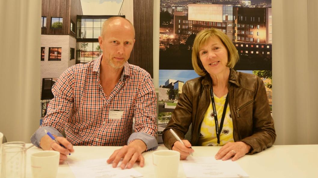 Trond Berget-Ausland, produksjonssjef i Hent og adm. direktør i Undervisningsbygg, Rigmor Hansen signerte kontrakten.