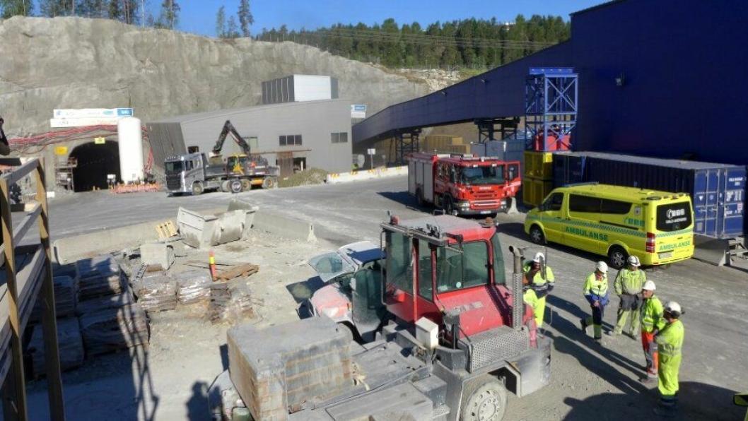 77 ble evakuert og en ble sendt til legevakt for sjekk da det begynte å brenne i et kjøretøy i en tunnel på Follobane-prosjektet natt til 8. juni.