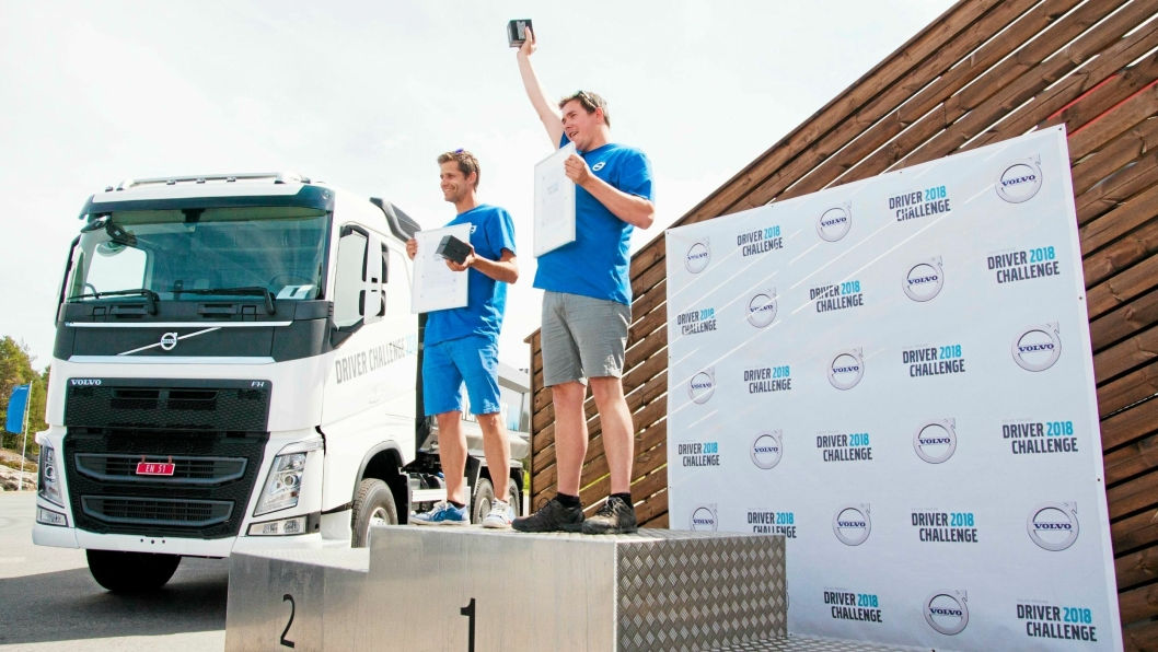 FINALISTENE: Richard Lillemo fra Stjørdal i Trøndelag (t.h) vant den norske finalen i Volvo Trucks Driver Challenge på Rudskogen Motorsenter. I finalen slo han Trond Morten Olausen fra Drammen med 2,1 desiliter diesel.