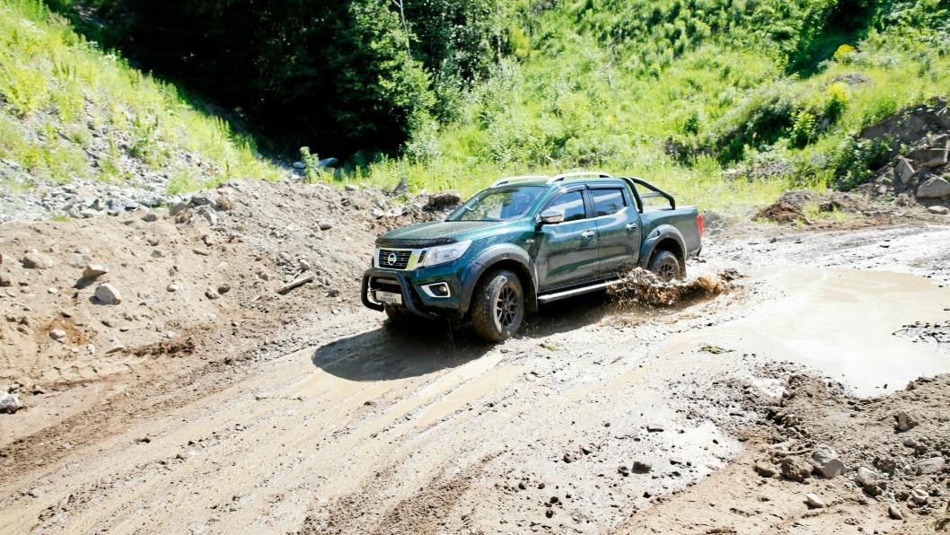 """Vi har kjørt Navara en rekke ganger i ulendt terreng og aldri støtt på store utfordringer med fremkommelighet, men med 32"""" dekk, og bedre beskyttelse skal bilen bli enda bedre i terrenget."""