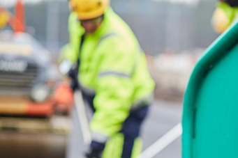Bilist i håndgemeng med asfaltarbeider