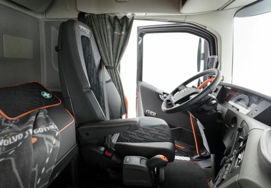 Oransje er fremtredende i interiørdesignet til Volvo FH 25 Year Special Edition. Fargen skal gjenspeile produsentens lidenskap for sikkerhet, samtidig som den gir et tydelig og stilig utseende til førerhuset.
