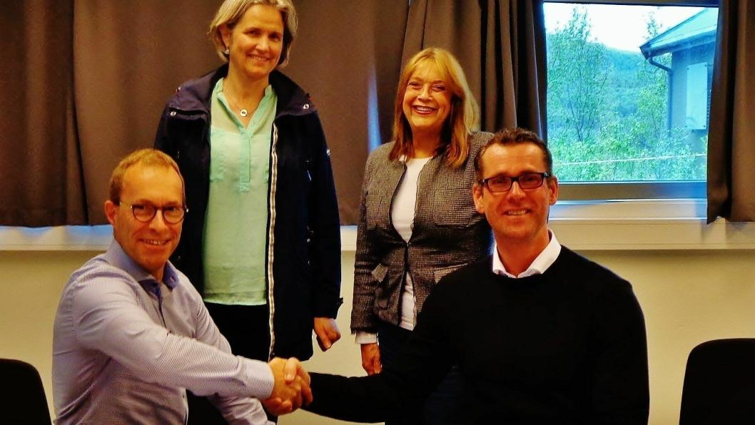 Fv: Jan Christian Ryenbakken, regionsjef Exact Geo Survey AS og John Ommund Syvertsen, utbyggingssjef for nye Evenes flystasjon i Forsvarsbygg. Bak fv: Ann Kristin Føre, prosjektleder og May Hembre, kontraktrådgiver, begge Forsvarsbygg.
