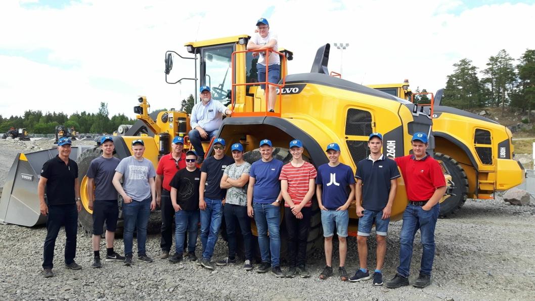 De utvalgte fra VG2 anleggsteknikk og beste elev på VG2 arbeidsmaskiner, fra landslinjeskolene, på en tur til Arvika, Eskilstuna og Volvo Customer Center.