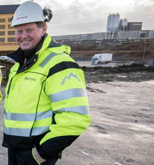 FORTVILET: Daglig leder i Bjelland AS, Ole Bjelland er fortvilet over bildet av den havarerte gravemaskinen med hans profilering. Den skulle vært fjernet for seks år siden.