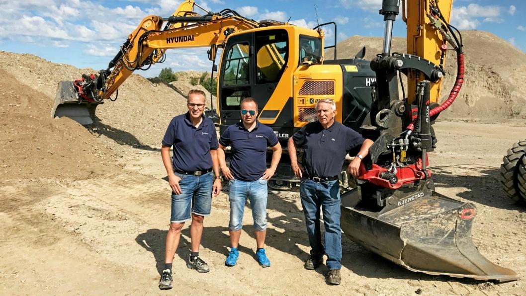DEMO: Hymax-trioen Tom Lillestrøm (f.v.), Finn Thrane Johansen og Even Furuseth ved et par av Hyundai-maskinene på demofeltet hos Øynebråten Transport på Jessheim.