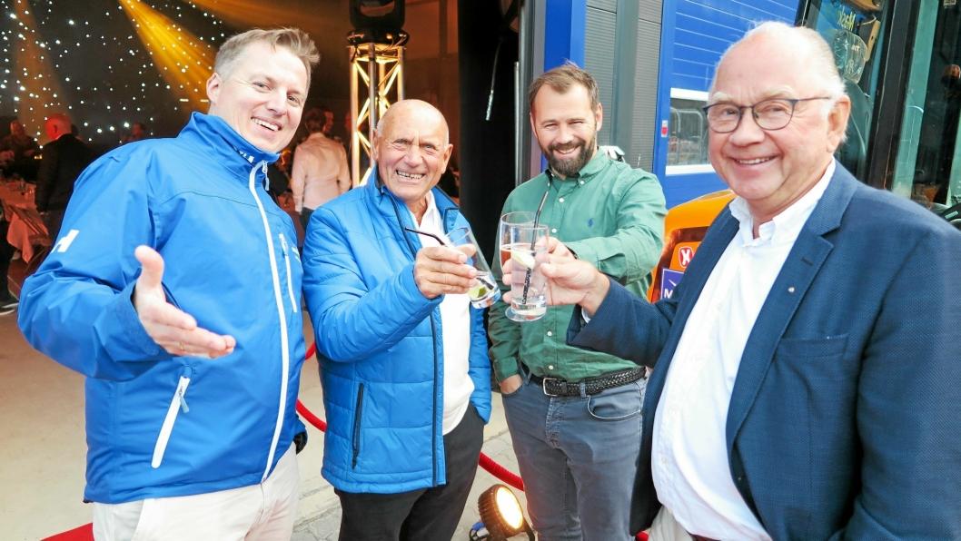 GRATULERER: Gjensidige gratulasjoner, men også diskusjon om fremtiden var på tapetet hos firkløveret Henrik Isaksen, senioreier Rolv Sæter, styreformann Lars Hæhre og Knut Tangen (medeier i starten).