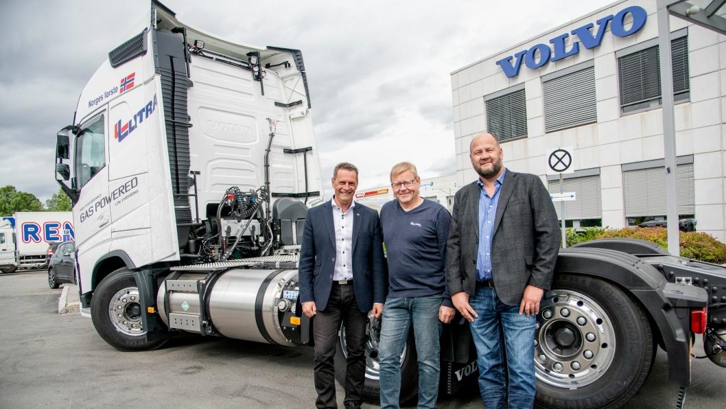 FØRST: Litra Gass blir første norske kunde med nye Volvo FH på LNG. Jossi Nyhus fra Volvo (t.v.), Steinar Karlsen og Morten Tønjumshagen (begge Litra Gass) gleder seg.